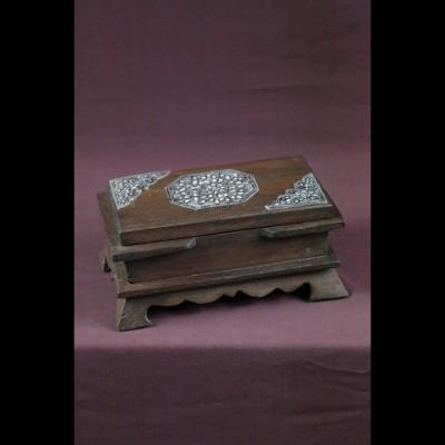 Coffret en bois et ornements metal
